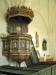 Predikstolen har årtalet 1700 och har återfått de ursprungliga färgerna.