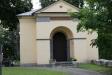 På en kulle strax utanför kyrkogården står Gryta kyrkas klockstapel.