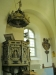 Rent ljust kor mot det rikligt bemålade kyrkorummet