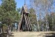 På en kulle 100 meter ifrån står en klockstapel.