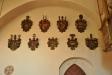 Några av en mängd fäderne-och mödernevapen som finns i kyrkan