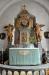 Altaruppsatsen från 1715 tillskrivs bildhuggaren Hans David Kortz  I den övre delen en nyare tavla.