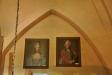 Porträtt i vapenhusets övre del