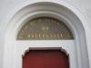Texten över huvudingången till kyrkan.
