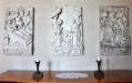 Ett stort antal vackra alabaster?tavlor finns i kyrkan