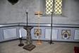 Predikstolen och ett sengotiskt processionskrucifix ovanför sakristiedörren