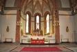 Altarbordet och altaruppsatsen.