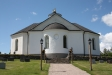 Kyrkan sett från minneslunden.