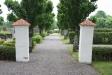 Entrén till kyrkogården och kyrkan.