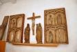 I vapenhuset finns rester av ett tidigare altarskåp
