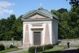 I ett hörn av kyrkogården står ett gravkor.