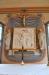 Symbolerna för evangelisterna Lukas och Matteus i korfönstret