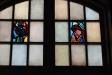 Symbolerna för evangelisterna Johannes och Markus i korfönstret