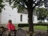 Flicka på muren intill kyrkan