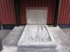 På kapellets bakre gavel finns under en utbyggnad denna gamla gravsten.