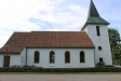 Kyrkan från parkeringsplatsen.