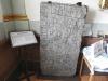 Gravsten med både runor och latinska bokstäver