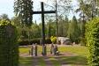 En kororgel till höger om altaret.