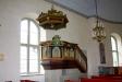 Predikstolen från 1704 är från den gamla kyrkan.