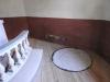 Bräda med målningar på väggen bredvid altaret.