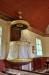 Predikstol med draperimålning på väggen