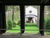 Bild tagen under klockstapeln mot kapellets ingång.
