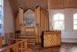 Till höger om altaret står kyrkans orgel.