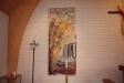 Till vänster om altaret hänger denna bonad.