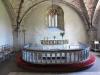 Denna stora minnessten är rest mot kyrkas yttre fasad.