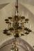 Vackra malmkronor lyser upp kyrkorummet.