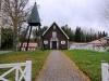 Huvudentrèn till kapellet i Bunn. Fritidsanläggningen närmaste granne.