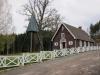 Kapellets nya och moderna staket som skiljer de olika intresserna åt.