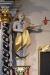 En av änglarna som flankerar altaret.