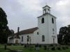 Malmbäcks ståtliga kyrka ligger mitt i samhället.