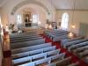 Det finns flertal kyrkbänkar på orgelläktaren.