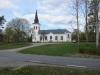 Almesåkra stora och stiliga högt belägna kyrka vid Almesåkrasjön närhet med Bodaforsvägen emellan.