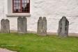 Gamla gravstenar utanför kyrkan