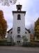 Kyrkan omgärdas av klassisk smålänsk stenmur