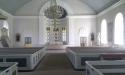 Det ljusa kyrkorummet med tre korfönster.