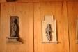 Skulpturer från gamla kyrkan hänger under läktaren