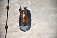 Träskulptur ovanför valvbågen föreställande Kristus med segerfanan gjord av Nils Eriksson i Pukås
