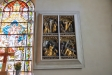 Altarskåpets dörrar inramade. Fyra framställningar ur Passionshistorien.