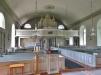 Kyrkorummet präglas av ljus och rymd.