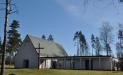 Skogskyrkan ligger på kyrkogården