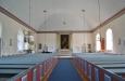 Ett kyrkorum med ljus och rymd.