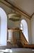 Diskreta dekorationer ovanför dörrarna i koret