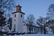 Kyrkan står där i vinterns kyla.
