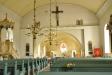 Bakom altaret står flera stolsrader = kan användas som lillkyrka