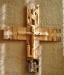 •Det stora korset på korväggen är utfört av konstnären Erik Sand.