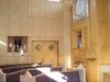 Orgel och bänkar.